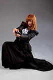 妇女steampunk坐的射击枪 图库摄影