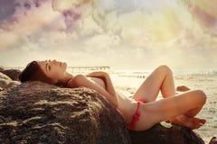 妇女sunbathind 免版税图库摄影