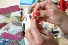 妇女threader在针的导线 库存照片