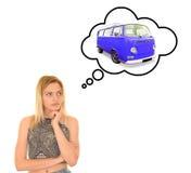 妇女tinking汽车 免版税库存照片