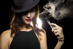 妇女Vaping E香烟 免版税图库摄影