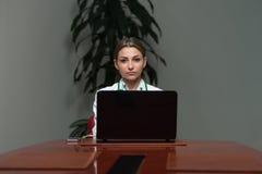 妇女With Laptop In The医生办公室 免版税库存图片