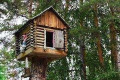 妇女Yaga的童话森林房子 库存照片