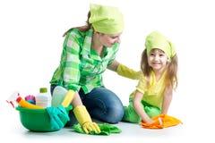 年轻主妇母亲和她的孩子一起做家庭作业 库存照片