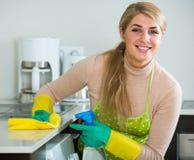 主妇清洁在家庭厨房里 库存图片