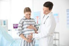 妇科学咨询 有她的医生的孕妇 免版税库存图片
