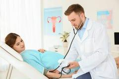 妇科学咨询 有她的医生的孕妇 库存图片