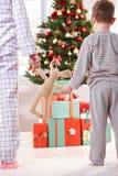 妈咪、小儿子和在圣诞节的玩具兔宝宝 库存照片