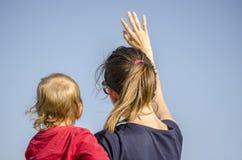 妈咪和儿子挥动 免版税图库摄影