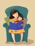 妈咪和女儿读了书 免版税库存照片