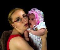 妈咪和她的孩子在黑色 免版税库存照片