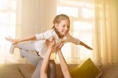 妈咪和她逗人喜爱的女儿儿童女孩使用,微笑着并且拥抱 愉快的Mother& x27; s天 免版税库存图片