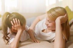 妈咪和她逗人喜爱的女儿儿童女孩使用,微笑着并且拥抱 愉快的Mother& x27; s天 库存图片