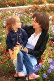 妈咪和查找的女儿互相反对 免版税图库摄影