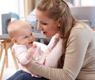 妈咪和获得的女婴乐趣 免版税库存照片