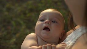 年轻妈咪在手上抱着她的小婴孩 影视素材