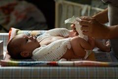 妈咪新出生夜的尿布 图库摄影