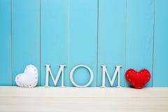 妈妈与白色和红色心脏的文本信件 库存图片