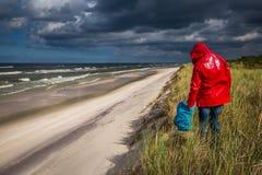 妈妈使用与海滩的孩子 免版税库存图片