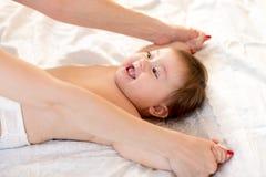 妈妈做与她的婴孩的体育健身锻炼 免版税库存图片