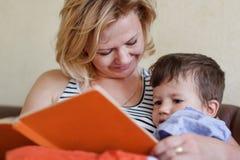 妈妈儿子的读书传说 库存照片