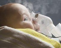 妈妈吸入儿童婴儿在一年以下 免版税库存图片