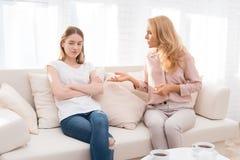 妈妈和一个十几岁的女儿互相争论 免版税库存照片