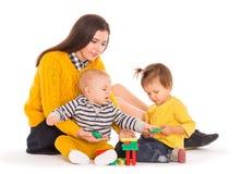 妈妈和两个孩子使用 库存照片