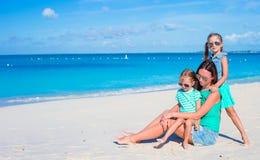 妈妈和两个小女孩在海滩期间假期 免版税库存照片