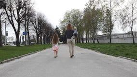 妈妈和两儿童走 影视素材