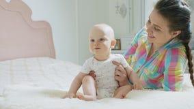 妈妈和使用在卧室的男婴 股票录像