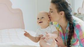 妈妈和使用在卧室的男婴 影视素材