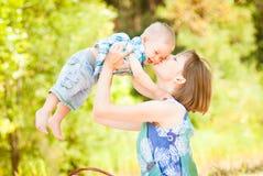 妈妈和儿子使用室外一起 免版税库存照片