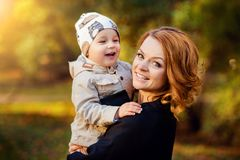 妈妈和儿子公园在秋天 库存照片