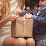 妈妈和儿子在圣诞树附近 免版税库存图片