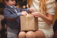 妈妈和儿子在圣诞树附近 库存图片