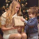妈妈和儿子在圣诞树附近 库存照片