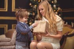 妈妈和儿子在圣诞树附近 免版税图库摄影