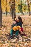 妈妈和儿子在秋天公园走 愉快的系列 秋天概念查出的白色 免版税库存图片