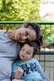 妈妈和儿子接合 库存照片