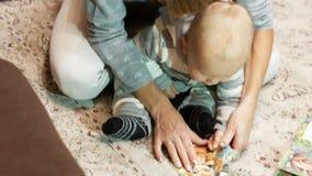 妈妈和儿子收集难题 股票录像