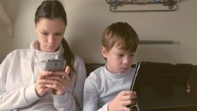 妈妈和儿子旅行乘火车的小配件的是使用比赛在一个二等支架 股票录像