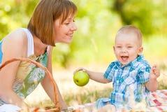妈妈和儿子有一顿野餐 免版税库存照片