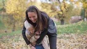 妈妈和儿子步行的在秋天森林里 影视素材