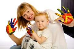 妈妈和儿子油漆颜色 图库摄影