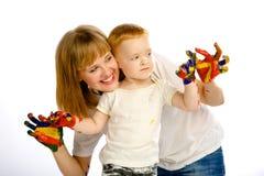 妈妈和儿子油漆颜色 免版税库存照片