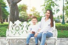 妈妈和儿子笑 库存照片