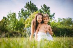 妈妈和儿子自然的 图库摄影
