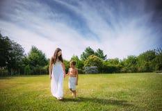 妈妈和儿子自然的 免版税库存照片