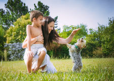 妈妈和儿子自然的 免版税图库摄影